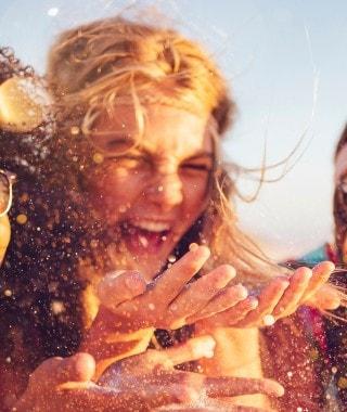 3 สาวเพื่อนกันบนชายหาด สำหรับหน้าเพจการติดต่อซันซิล